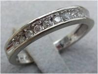 1/4 cttw clean cut bright diamond band embeddeded in