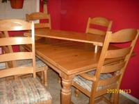 Solid oak, beautiful dining room table & 6 chairs. must