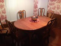 LIKE NEW SOLID OAK DINING ROOM TABLE WITH 2 LEAVES 2