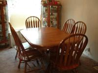 Nice wood dining room table with built-in leaf & 6