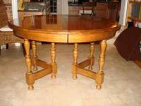 Beautiful maple table in excellent condition. Table