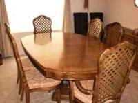 Thomasville dining room table with 6 chairs. (Like