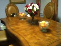 Dining room set that includes: dining room table with
