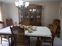 Very nice diningroom suite with 6 chairs. The table
