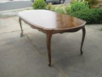 beautiful dinning room table with 2 leaves and 6chairs