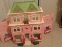 3 story little ppl doll house with family, car , and