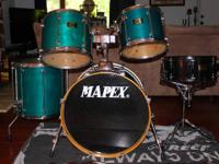 I am selling a very nice 5 piece drumset (AS SHOWN).