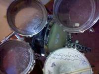 Ludwig Drums: Bass drum, 2 rack toms, 1 floor tom -