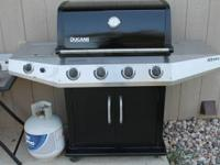 This Ducane barbeque grill is in excellent condition.