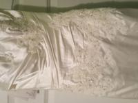 Unaltered size 4 wedding dress designed by Enzoani.