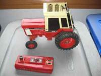 Ertl IH 1086 radio controlled tractor with controller