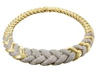 The marvelous braided pattern in prestigious 18K yellow