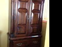 This stunning Ethan Allen dark pine cannon ball Bedroom