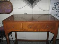 This Ethan Allen Vanity is in Very Good Condition. The