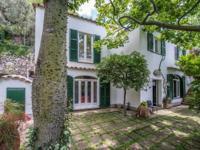 This attractive antique villa lies in a splendid