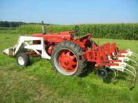 Farmall 450 with IH 2000 loader with dirtbucket, blade,