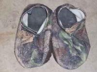 Here is one pair of fleece camo shoe covers for