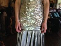 LOVELY FITTED SILVER SEQUINED STRAPLESS DRESS SIZE 2 TO