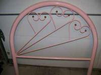 Cute headboard in VG condition, just a few smudges on