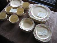 Lovely set of 28 pieces of Homer Laughlin China