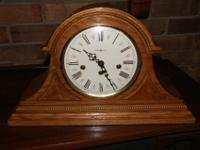 This mantel clock keeps time with excellent precision.