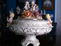 Selling Huge and heavy Urn/center Piece Porcelain Capo