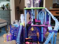 Monster high freaky fusion catacombs With accessories