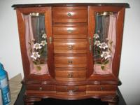 Wood jewelry box in great condition. One large drawer