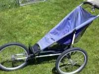 Jogger stroller goes straight has hand brake and leash.