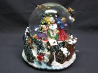 Beautiful holiday waterglobe in very good condition.