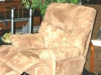 LARGE RECLINER BY RAYMOUR & FLANIGAN IT IS IN EXCELLENT