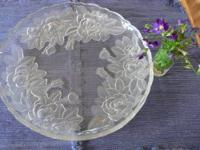 Beautiful, delicate etched design of three flowers