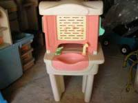 LITTLE TIKES BEAUTY SALON WITH SWIVEL CHAIR. IT HAS A