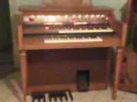 Beautiful Lowery Cotillion D575 organ, excellent