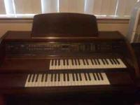Lowrey Carnival Organ in excellent condition. Nice