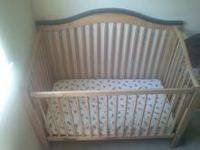 Maple colored crib in EXCELLENT conditions . has 4
