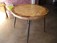 A good condtition dining table with expandable leaf,