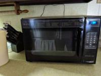 Older model microwave oven for sale in Lake Wales. Runs