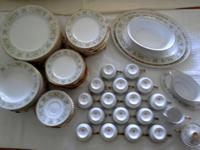 Beautiful, mint-condition 102-piece gold-rimmed,
