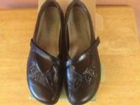 Black Naot shoes, put on twice, size 39R, which is an