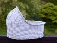 White wicker bassinet basket that determines 16.5""