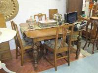 Very nice vintage dinning room table with 4 chairs and