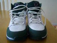 Nike basketball shoes mens size 8.5 color green/white.