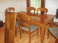 VERY NICE OAK DINING TABLE W / 6 CHAIRS. TABLE AND