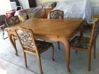 SOILD OAK TABLE WITH 4 CHAIRS. TABLE EXPANDS TO SET 8