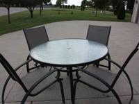 Patio set with 4 chairs that are stackable in excellent
