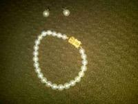 matching braclett and ear ring pearl set. Perfect