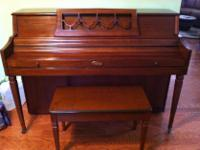 Type:PianosType:WurlitzerBeautiful wood piano and