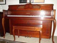 Piano Yamaha Model M405 Traditional Cherry cabinet.