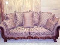 Descripción Like new sofa with lots of pillows. Rust